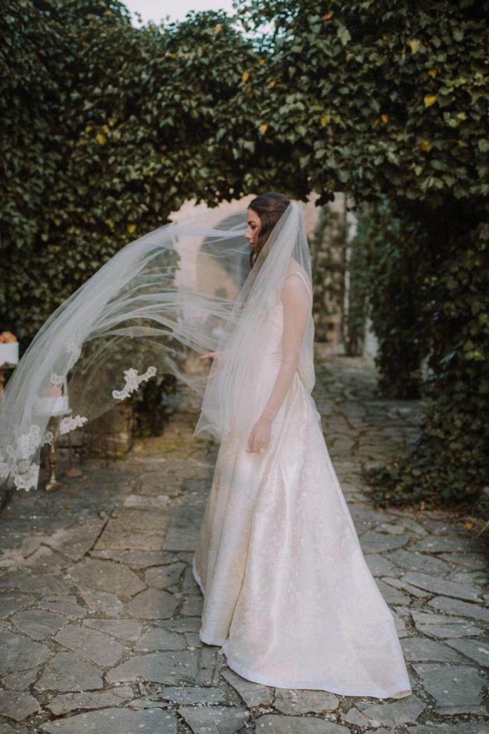 Sposa con velo a vento