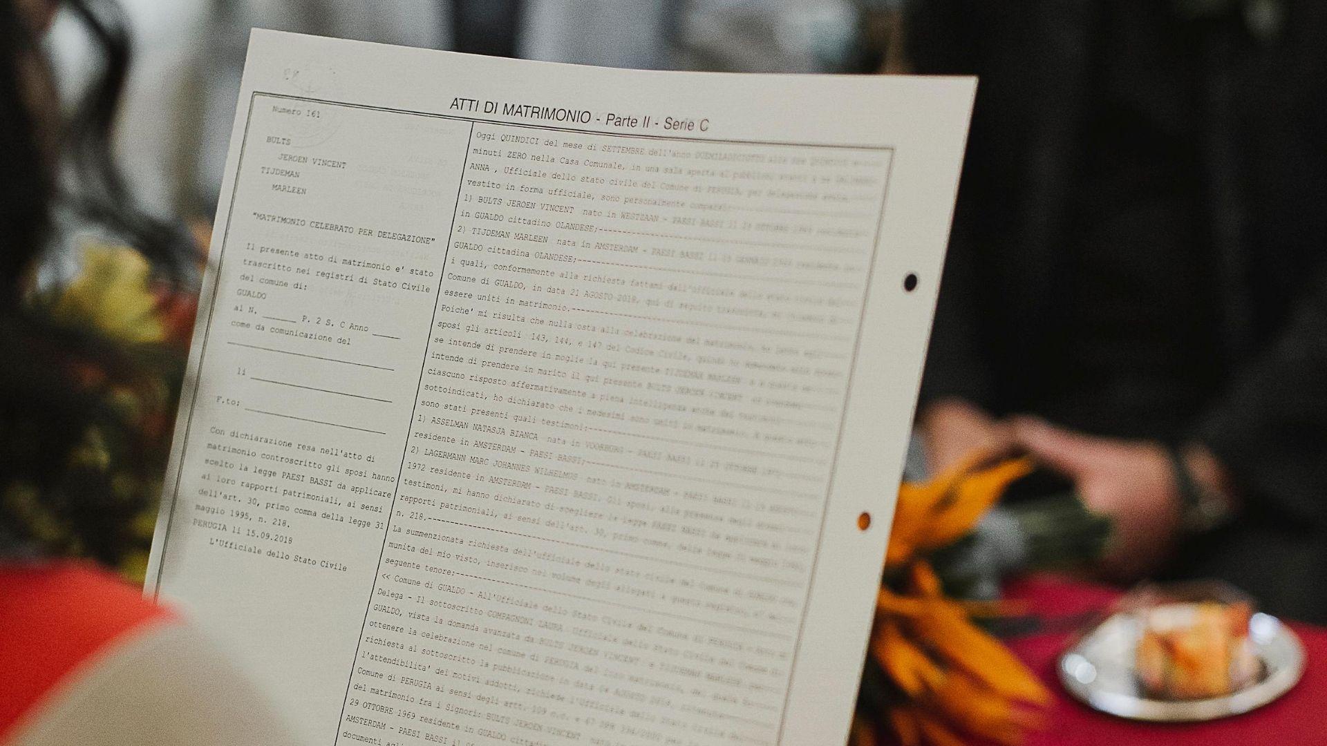 La foto ritrae un ufficiale di stato civili del comune di Perugia intento nella lettura di un atto di matrimonio.The photo shows a civil state officer of the municipality of Perugia reading a marriage certificate.