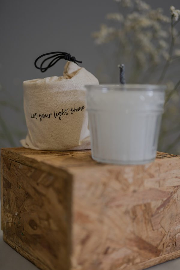 Candela da esterno in confezione regalo con recipiente in vetro e saccca porta candela con stampa