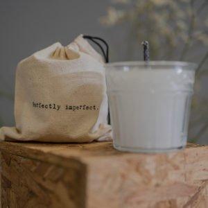 Candela bianca da esterno con recipiente in vetro e saccca porta candela con stampa