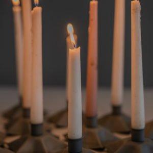 Candeliere per candela singola di latta, forma a stella, colore grigio antracite