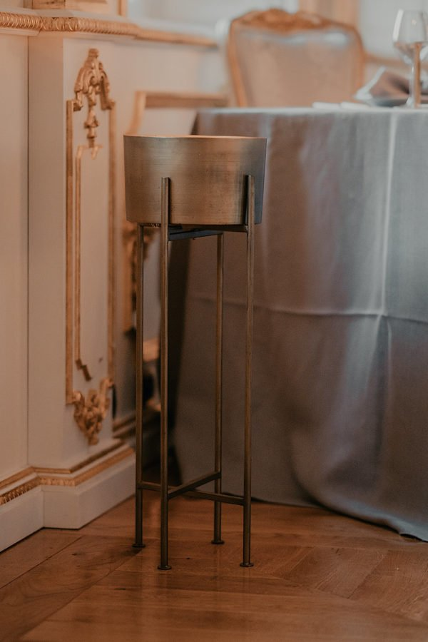 vaso da terra in metallo, finitura in ottone, con treppiedi