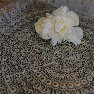 Vassoio in metallo con finitura anticata e fiore