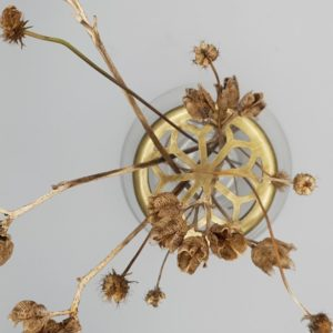 Vaso per fiori recisi in vetro con griglia metallica